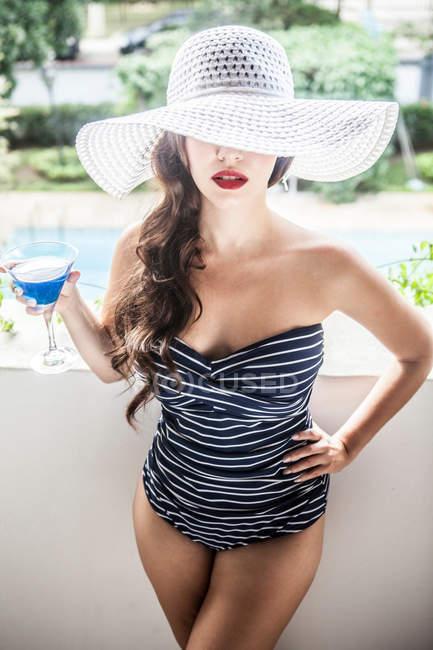 Молода жінка холдингу синій коктейль — стокове фото