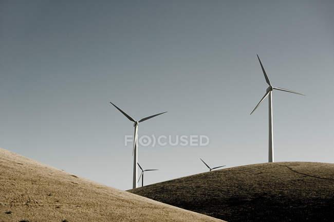 Turbines de vent sur la colline — Photo de stock