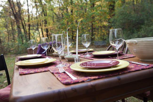 Tisch für Abendessen im Freien gedeckt — Stockfoto