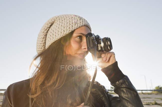 Ritratto di giovane donna con macchina fotografica slr — Foto stock