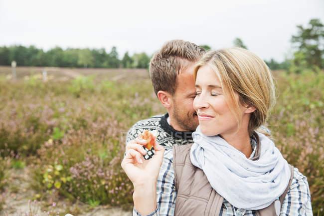 Mitte erwachsenes Paar, Frau lächelt mit geschlossenen Augen — Stockfoto
