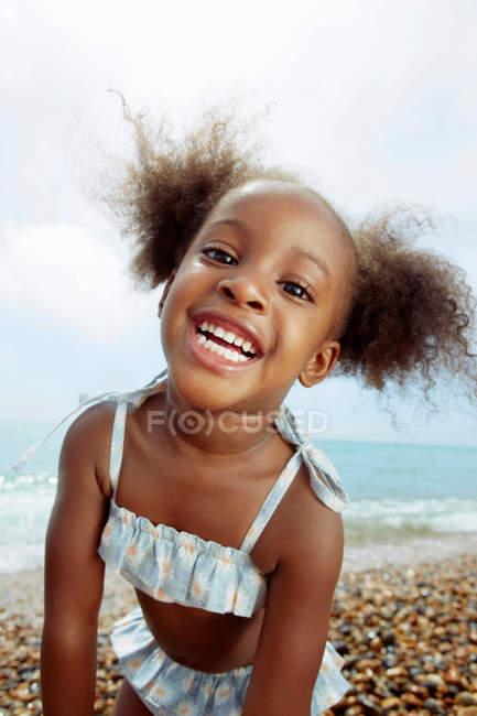 Ребенок позирует перед камерой на пляже — стоковое фото