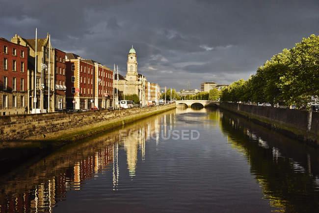 La rivière Liffey et constructions riveraines, Dublin, Irlande — Photo de stock