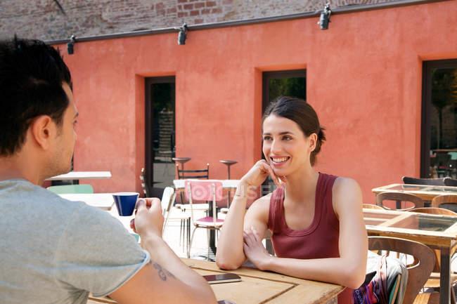 Couple outside cafe, Florence, Tuscany, Italy — Stock Photo