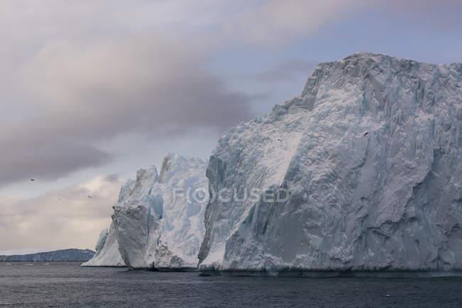 Icebergs em Ilulissat Fiorde de gelo, Baía de Disko, Groenlândia — Fotografia de Stock
