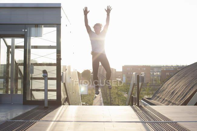 Mannschaftstraining, Luftsprung auf Steg — Stockfoto