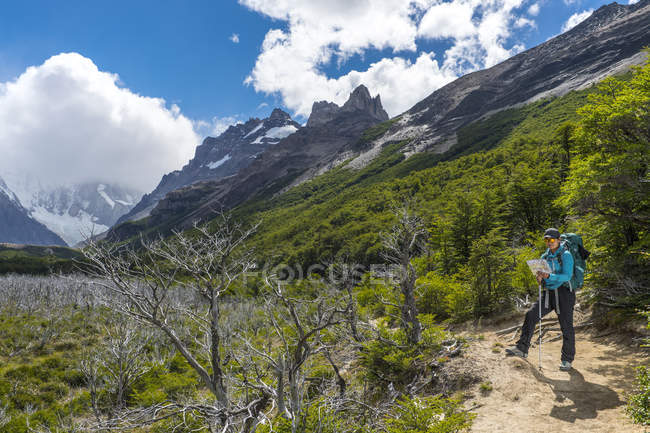 Viandante femminile il controllo mappa sulla strada fino a Monte Fitz Roy, El Chalten, Provincia di Santa Cruz, Argentina — Foto stock
