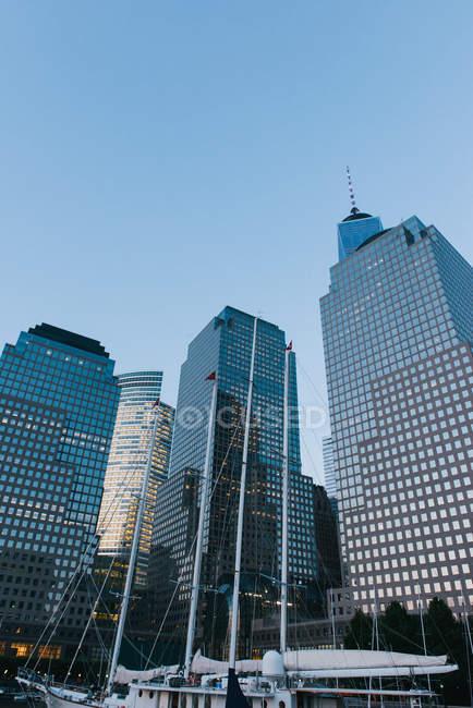 Velero y One World Trade Center, Nueva York, Estados Unidos - foto de stock