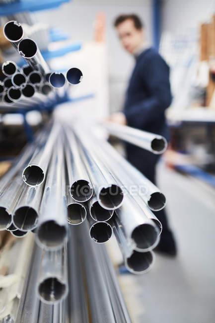 Робітниця заводу видалення металевий прут з полиці заводі рулонні штори — стокове фото