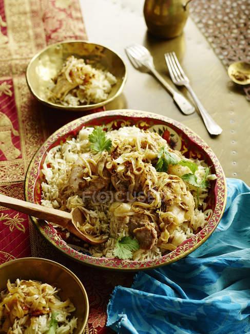 Вид зверху блюдо з куркою Браги на зерні і рису з коріандром гарніром — стокове фото
