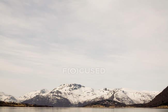 Fiordes e montanhas cobertas de neve — Fotografia de Stock
