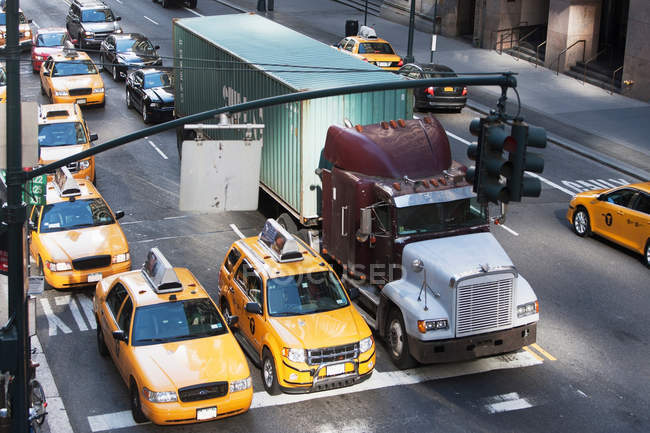 Yellow taxis at traffic lights, New York City, USA — Stock Photo