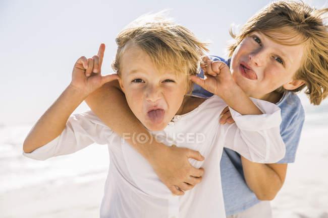 Fratelli che guarda l'obbiettivo, che spuntavano fuori la linguetta — Foto stock