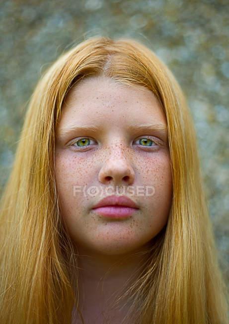 Ritratto di adolescente con i capelli rossi — Foto stock