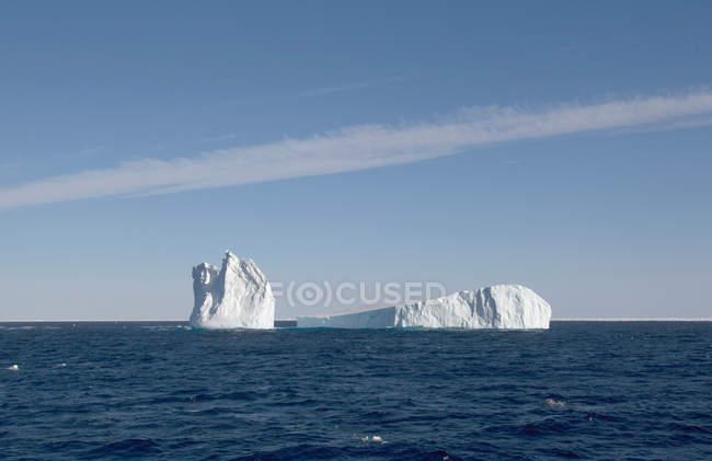 Icebergs parmi la banquise dans l'océan Austral — Photo de stock