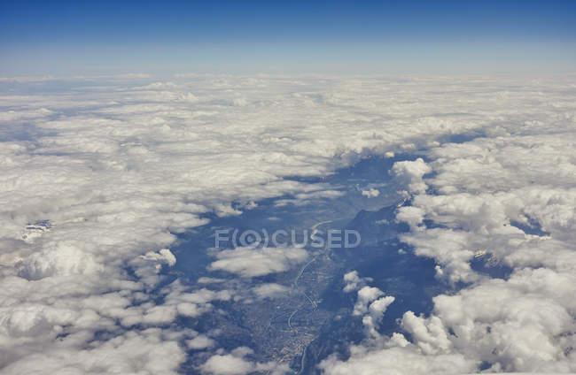 Воздушный вид на облака над Доломитом, Италия — стоковое фото