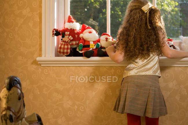 Дівчинка чекає на клаус Санти. — стокове фото
