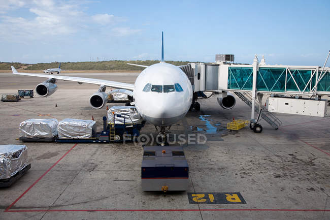 Observing view of Preparing airplane on runway — Stock Photo