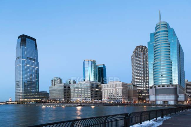 Jersey City Skyline in der Abenddämmerung, New Jersey, Vereinigte Staaten — Stockfoto