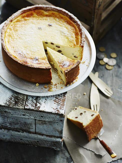 Італійський Рікотта торт і нарізаний порції — стокове фото