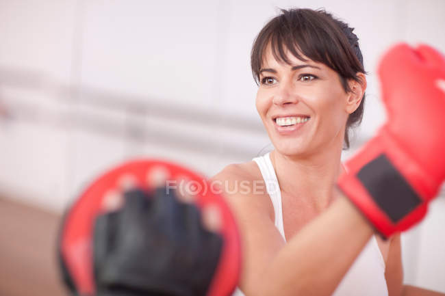 Mid adult woman training in gym — Stock Photo
