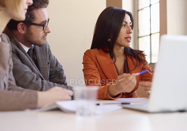 Tre colleghi alla riunione di ufficio — Foto stock