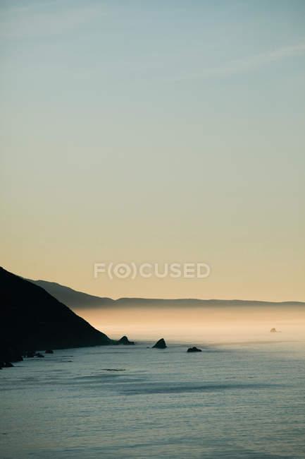 Туман катится над океаном — стоковое фото