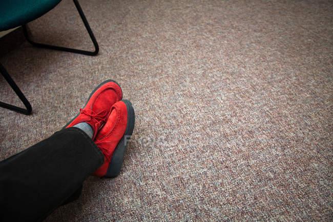 Scarpe rosse in sala d'attesa — Foto stock