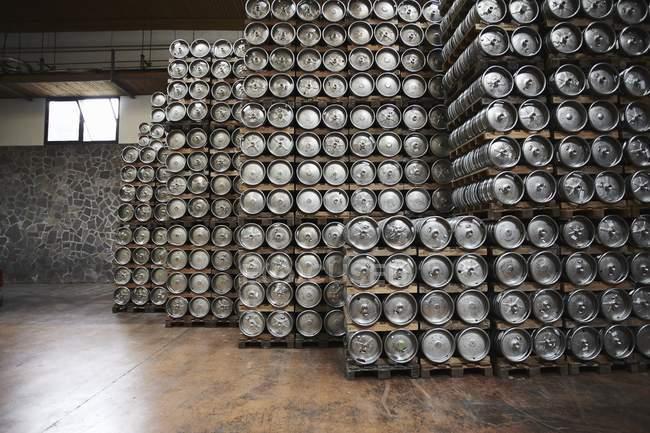 Cascos de cerveja empilhados em cervejaria industrial — Fotografia de Stock