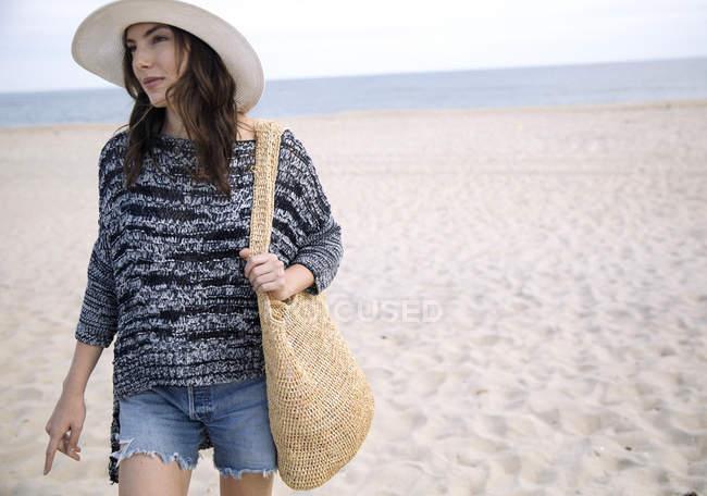 Donna che cammina sulla spiaggia di sabbia, Amagansett, New York, USA — Foto stock