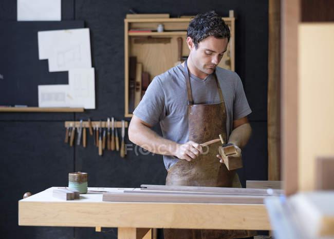 Carpinteiro em sua oficina — Fotografia de Stock