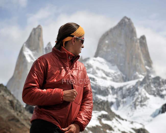 Woman zips her jacket in front of Monte Fitz Roy in Los Glaciares National Park, El Chalten, Argentina — Stock Photo