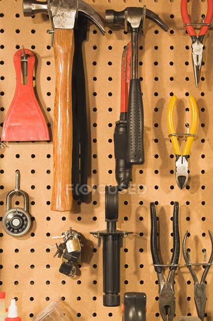 Outils de charpentier en quincaillerie accroché sur le mur — Photo de stock