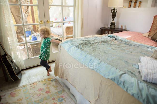 Olhando para a guitarra no quarto de criança — Fotografia de Stock