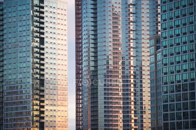 Finestre dei grattacieli urbani — Foto stock