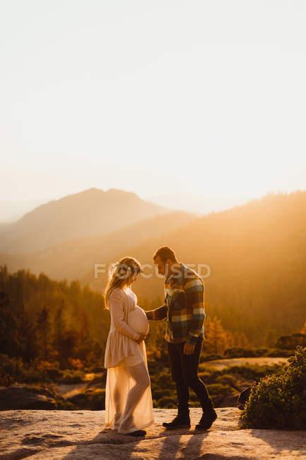 Parejas embarazadas en las montañas, Sequoia national park, California, Estados Unidos - foto de stock