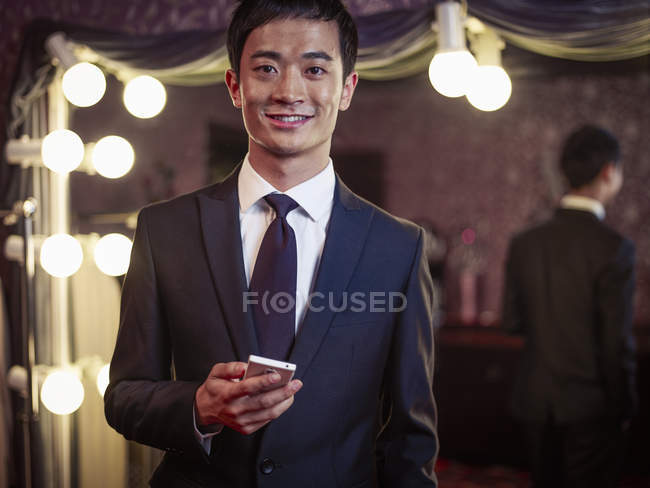 Retrato de hombre joven en traje nuevo en sastrería tradicional - foto de stock