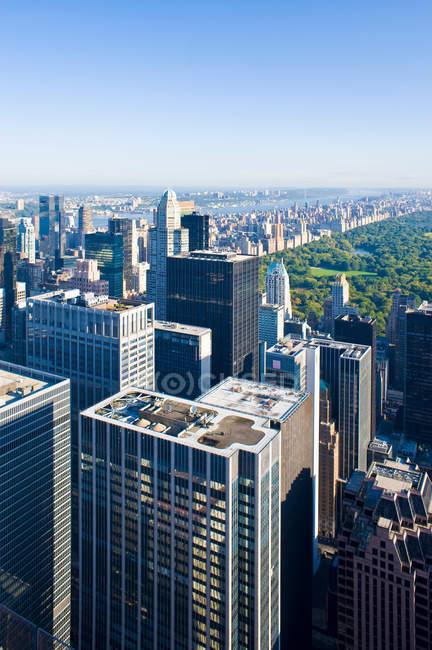 Vista de rascacielos urbanos - foto de stock