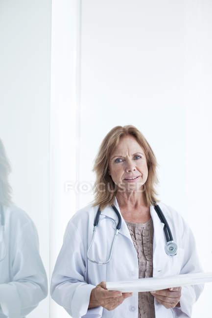 Портрет жіночого лікаря холдингу медичні нотатки — стокове фото