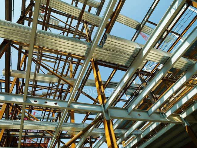 Costruzione tetto in costruzione con cielo blu su priorità bassa — Foto stock