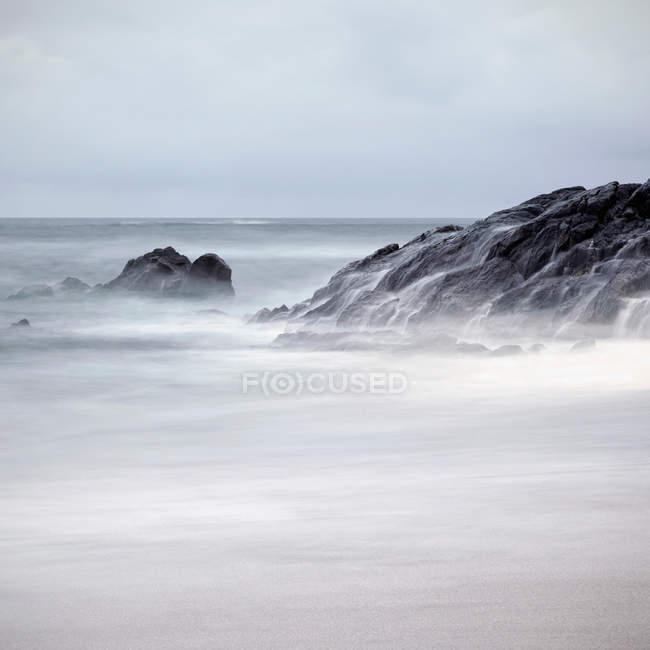 Côte rocheuse au crépuscule — Photo de stock