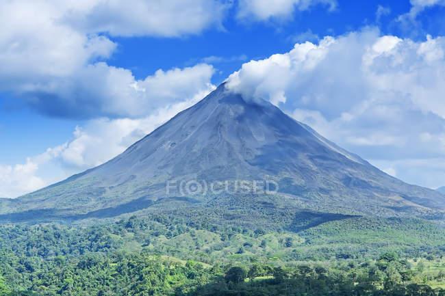 Vista distante do vulcão Arenal em erupção com fumaça — Fotografia de Stock