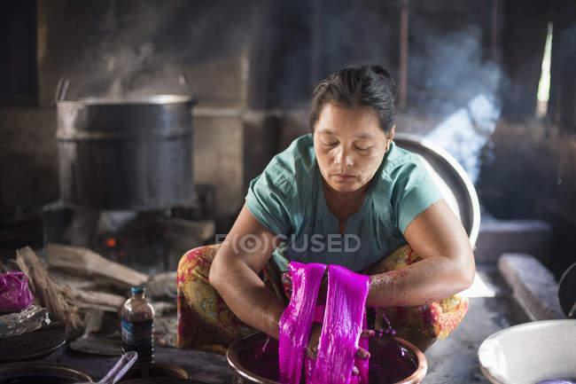 Mujer madura trabajando en cerámica, Lago Inle, Birmania - foto de stock