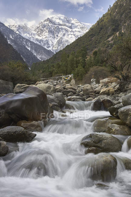 Water running down river from snow covered mountains, Shangri-la County, Yunnan, China — Stock Photo