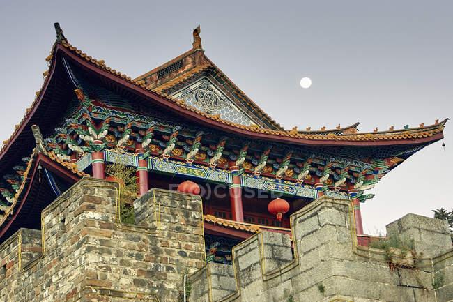 Низький кут зору пагоду і повний місяць, далі, Юньнань, Китай — стокове фото