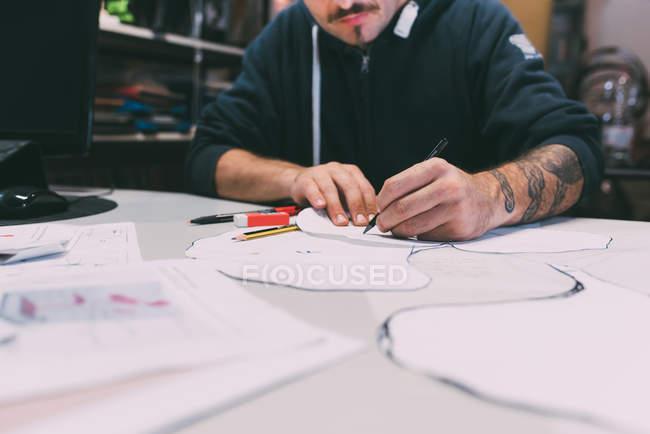 Imagen recortada de hombre metalúrgico diseñando en oficina de forja - foto de stock