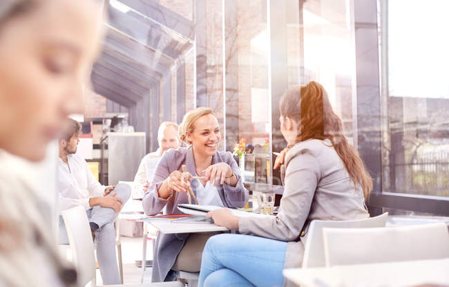 Donne d'affari che discutono durante il pranzo di lavoro al ristorante — Foto stock