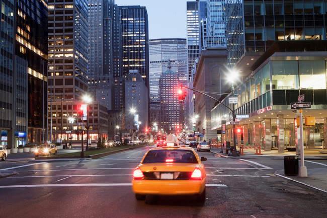 Желтое такси в сумерках — стоковое фото