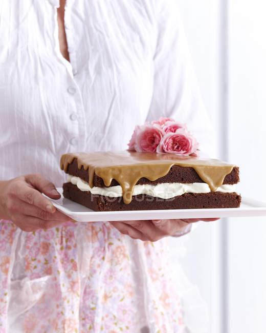 Mujer chocolate café bizcocho decorado con flores - foto de stock