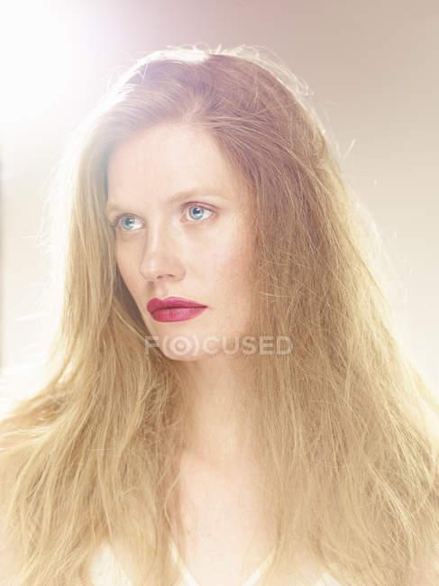 Портрет красивой женщины в свете, глядя — стоковое фото